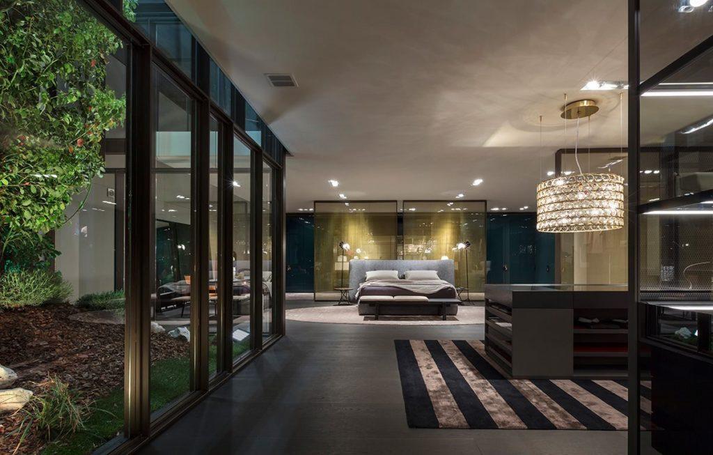 luksusowa sypialnia z niebieskim łóżkiem